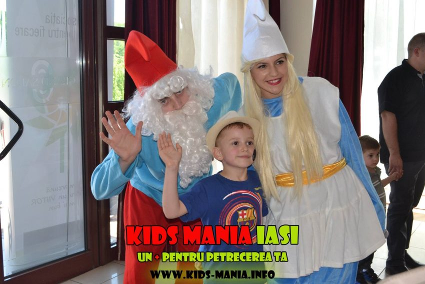 Papa Strumf si Strumfita, varianta fara masca, ideala la petreceri pentru copii