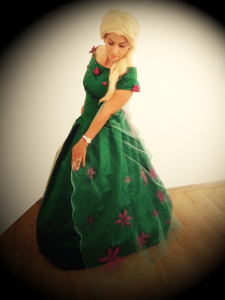 Elsa Feve cu rochita verde a celebrului personaj din Frozen